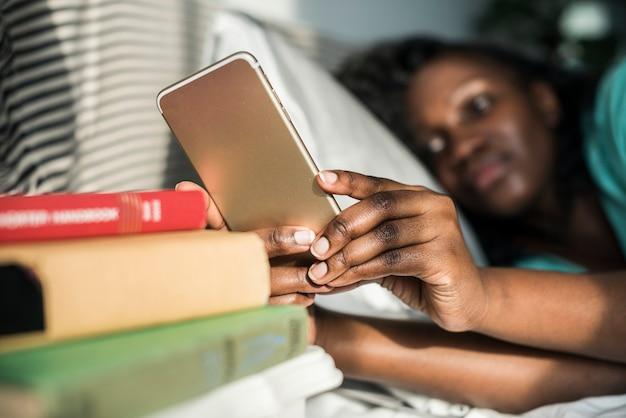 Donna nigeriana che legge un libro