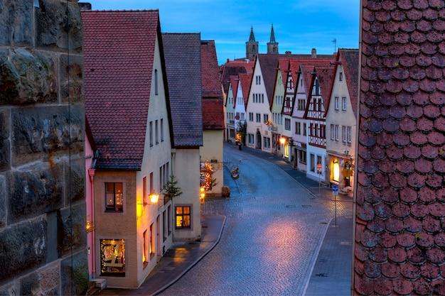 Vista aerea notturna dalla cinta muraria dei tetti, torri nel centro storico medievale di rothenburg ob der tauber, baviera, germania meridionale