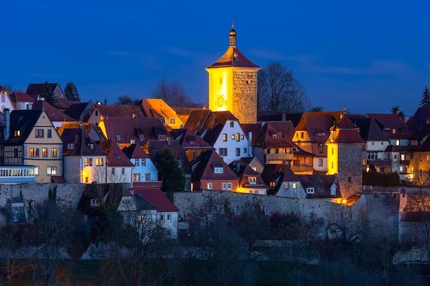 Vista aerea notturna di tetti, torri e mura della città nel centro storico medievale di rothenburg ob der tauber, baviera, germania meridionale