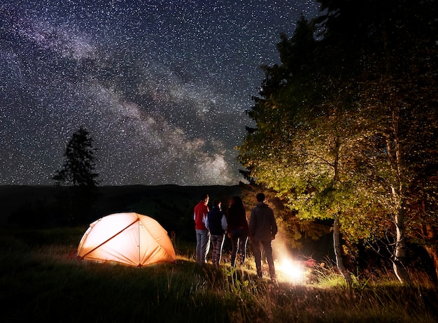 Notte in campeggio vicino alla foresta