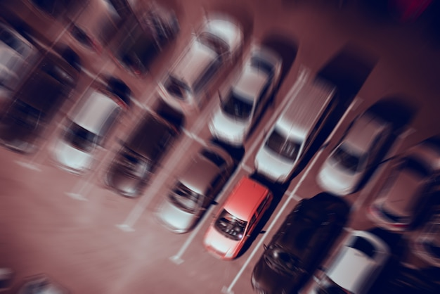Parcheggio notturno nelle file, vista dall'alto