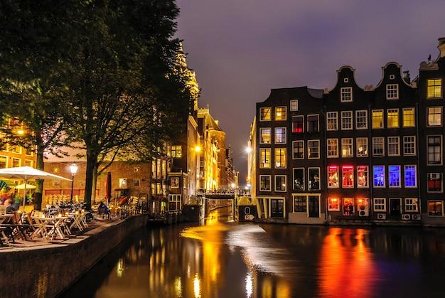 Vista della città di notte del canale di amsterdam