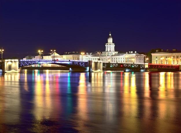 Città di notte vista del ponte della trinità e della cattedrale di pietro e paolo nelle luci notturne