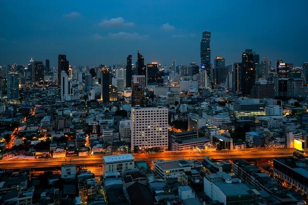 Paesaggio urbano notturno e grattacieli nel centro della metropoli