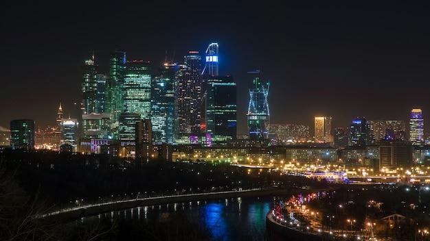 Un paesaggio urbano notturno degli edifici della città di mosca.