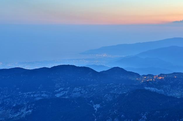 Costa notturna della zona montuosa in turchia