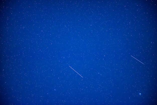 Cielo blu scuro notturno con stelle luminose come sfondo dello spazio