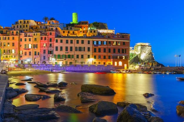Villaggio di pescatori notturni vernazza con torre di avvistamento del castello doria per proteggere il villaggio dai pirati, cinque terre, parco nazionale delle cinque terre, liguria, italia.
