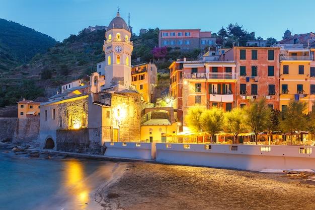 Villaggio di pescatori notturni vernazza con la chiesa di santa margherita di antiochia, cinque terre, parco nazionale delle cinque terre, liguria, italia.