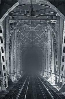 Ponte ferroviario illuminato di notte