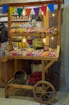 Immagine notturna di una bancarella di caramelle a natale a toledo, spagna