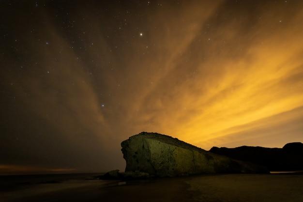 Paesaggio notturno sulla spiaggia di monsul. parco naturale cabo de gata.