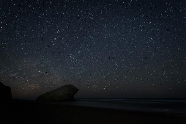 Paesaggio notturno sulla spiaggia di monsul.