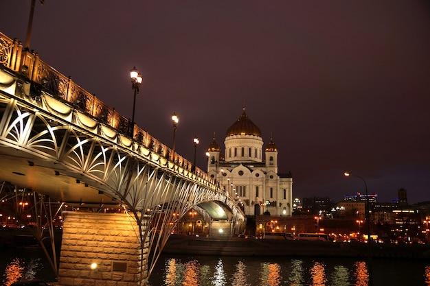 Paesaggio notturno il ponte attraverso il fiume moscova e la cattedrale di cristo salvatore nella città di mosca