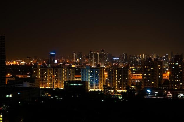 Paesaggio notturno della metropoli dall'alto.