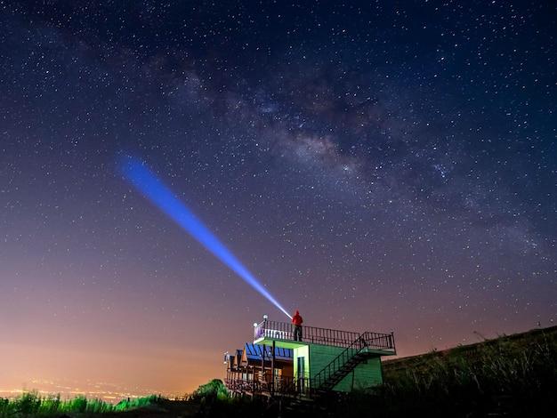 Paesaggio notturno montagna e capanna verde sfondo galassia via lattea, paesaggio thailandia, lunga esposizione, luce scarsa