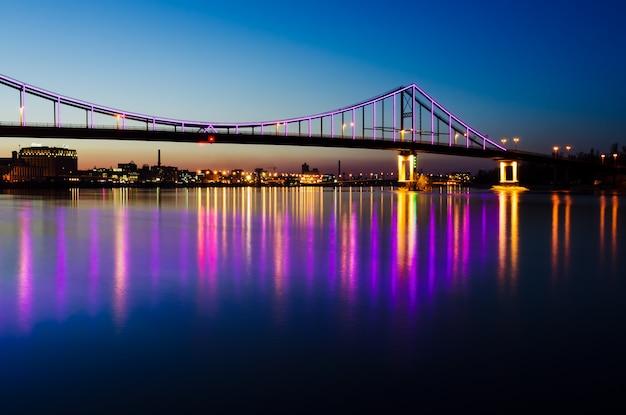 Paesaggio notturno con un ponte nella città di kiev