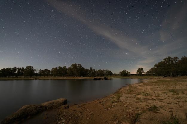 Paesaggio notturno al chiaro di luna nella palude di valdesalor. extremadura. spagna.
