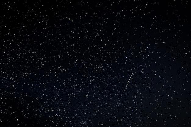 Paesaggio notturno con meteore perseide.