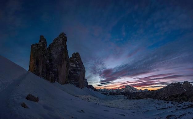 Paesaggio notturno con silhouette della montagna tre cime