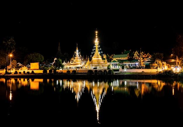 Riflessione della luce notturna di wat chong kham situato nel distretto di muang, provincia di mae hong son, thailandia