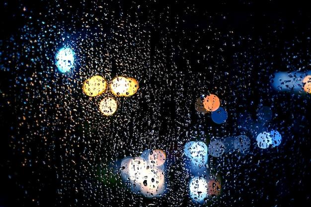 Il riflesso della luce notturna sul vetro bagnato