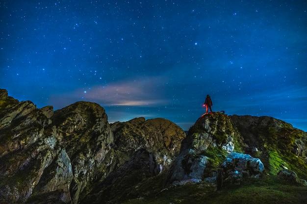 Luci notturne sul monte di aiako harria a oiartzun. paesi baschi