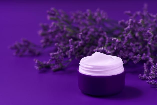 Crema idratante naturale notturna o lozione per il corpo, concetto di cura della pelle antietà. lussuosa crema cosmetica detergente per la pelle o lozione vitaminica termale, una crema idratante antirughe naturale a base di erbe biologiche