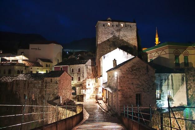 Notte nella città vecchia di mostar, bosnia ed erzegovina