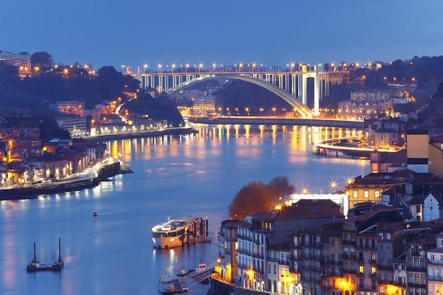 Città vecchia di notte e fiume douro a oporto, portogallo.