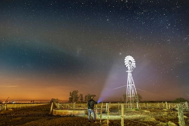 Fotografia notturna delle stelle in campagna.