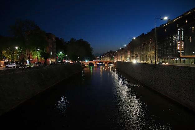 Notte nella città di sarajevo, in bosnia ed erzegovina