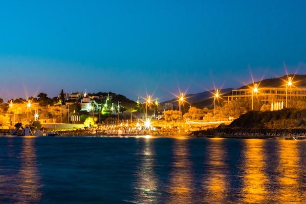 Scena notturna della città in riva al mare