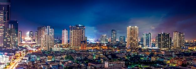 Paesaggio urbano di scena notturna