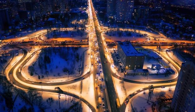 Vista sul mare di notte. interscambio di trasporto complesso, vista dall'alto.