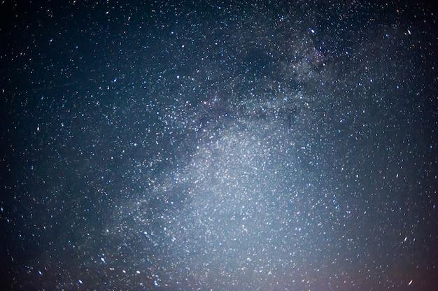 Cielo notturno con molte stelle lucenti sfondo astro naturale immagine sfocata e soft focus