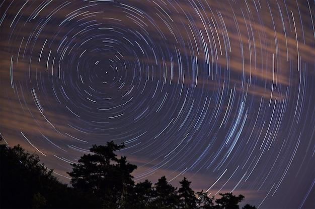 Cielo notturno con tracce di stelle