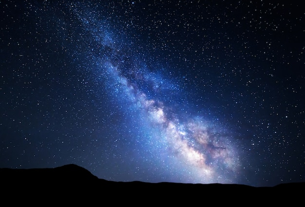 Cielo notturno con stelle in montagna