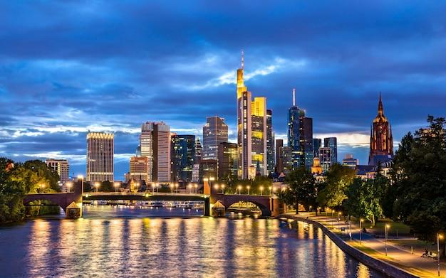 Orizzonte di notte di francoforte sopra il fiume principale in germania