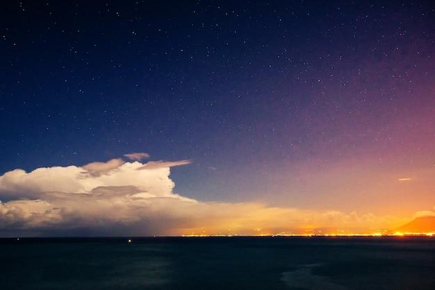 Cielo notturno stellato. nuvoloso
