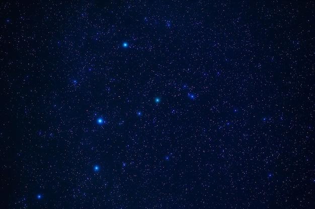Cielo stellato notturno con stelle, costellazioni, nebulose e galassie di notte. astratto sfondo blu scuro
