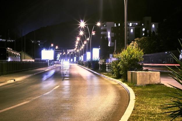Strada notturna nella città di budva montenegro balcani europa