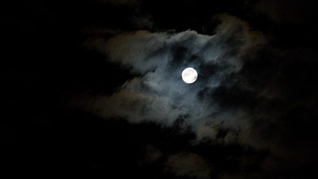 Cielo notturno con nuvole