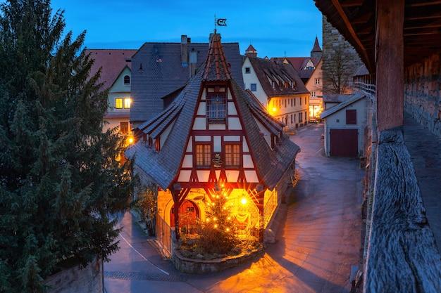 Notte mura e gerlachschmiede, gerlach blacksmith house, bella casa a graticcio a rothenburg ob der tauber, baviera, germania meridionale