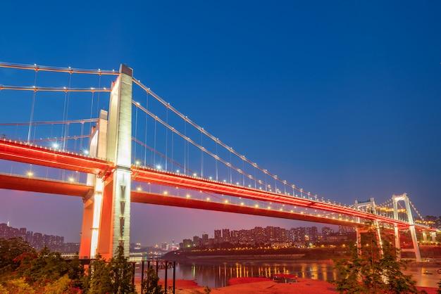 Di notte, due ponti sospesi sul fiume yangtze, chongqing, cina