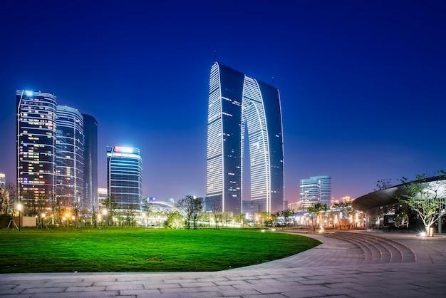 Vista notturna del paesaggio architettonico nel distretto finanziario di suzhou