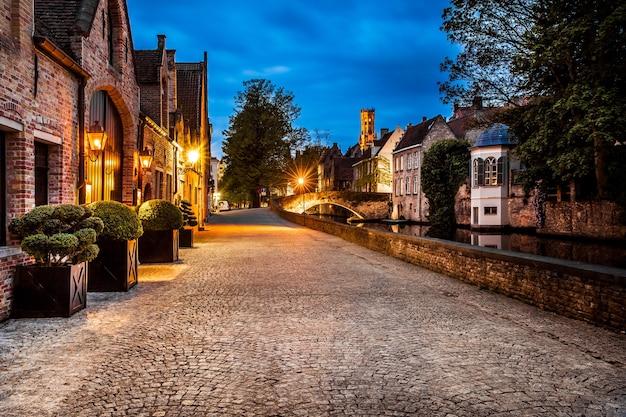 Vista notturna di bruges street, belgio, nightshot dei canali di brugge, architettura tradizionale belga