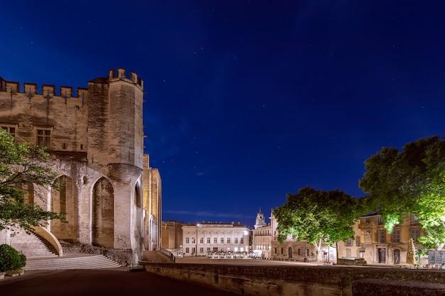 Veduta notturna della piazza centrale antistante il palazzo dei papi ad avignone