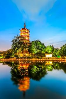Vista notturna della pagoda cinese di changzhou
