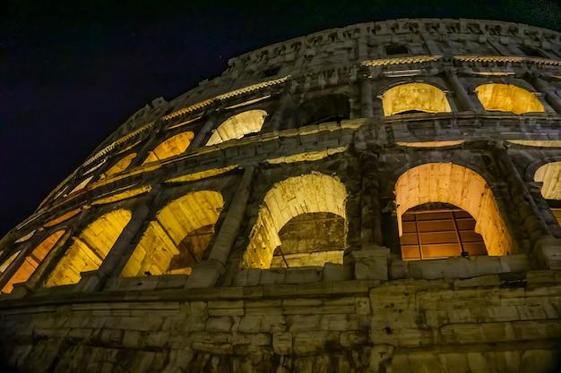 Vista notturna al colosseo a roma, italia